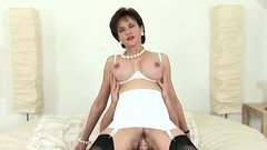 Unfaithful english milf lady sonia displays her big tits22RH