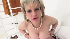 Unfaithful uk mature lady sonia shows her gigantic breasts85