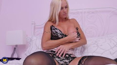 Sexy Euro mom cant live without orgasm