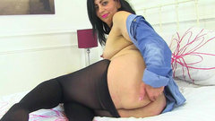 English milf CandyLips slides a finger up her arse