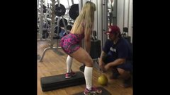 Gostosona GYM malhando leggins socado